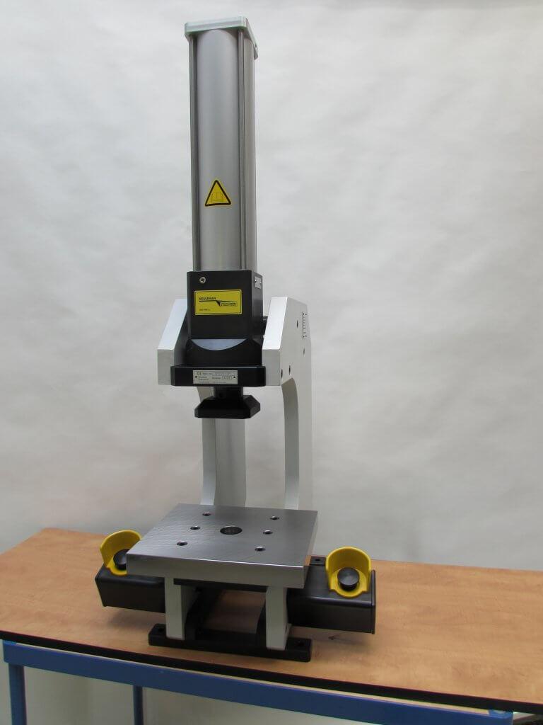 Met tweehandenbeveiliging uitgevoerde C-frame pers