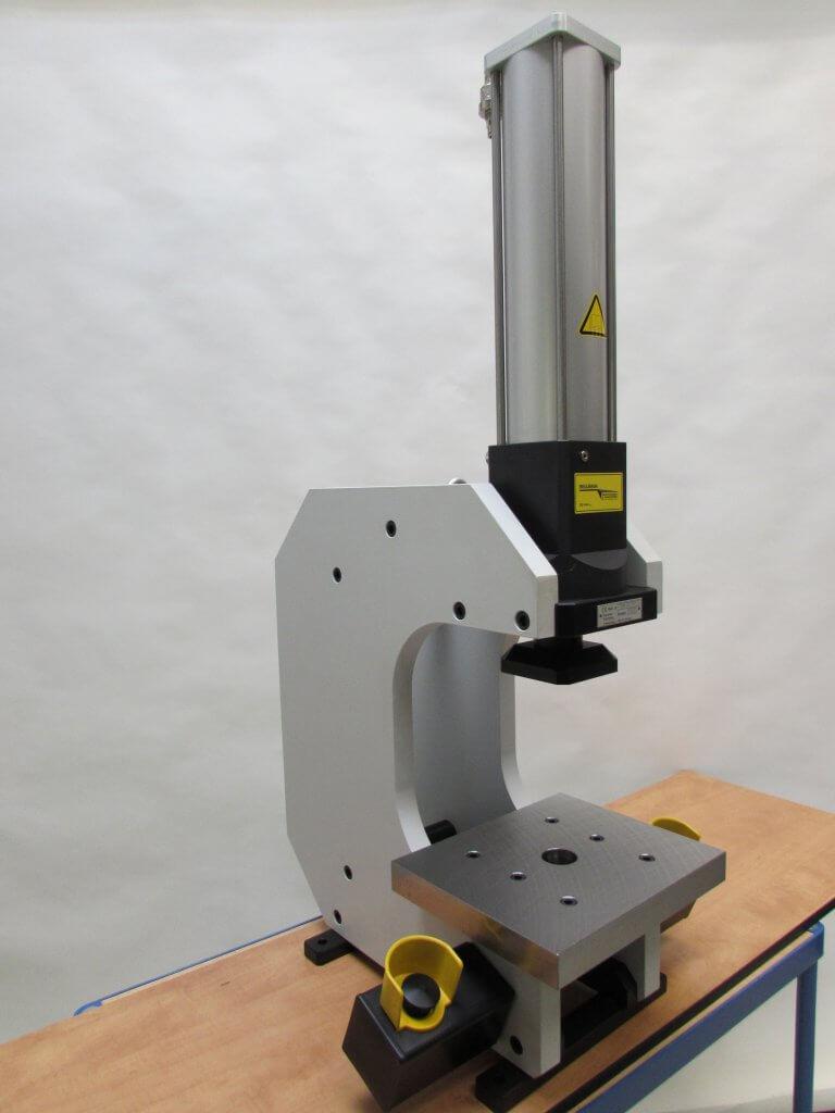 C-frame pers met hydropneumatische cilinder