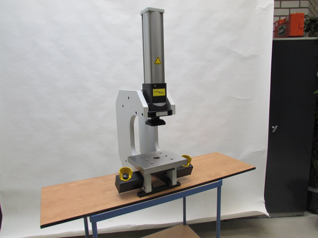 C frame pers met hydropneumatische cilinder