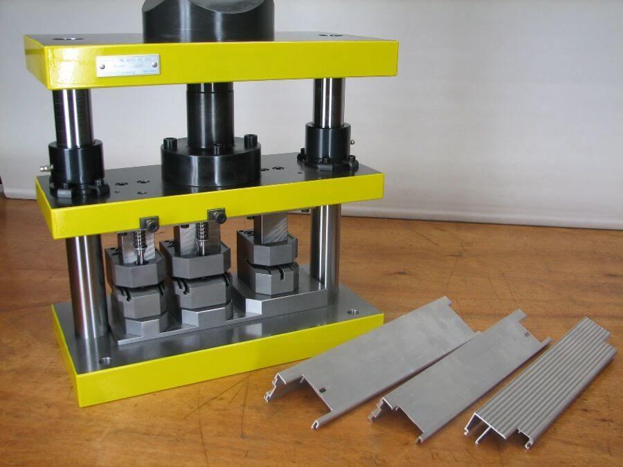 Ponsmachine_voor_3_verschillende_aluminium_profielen
